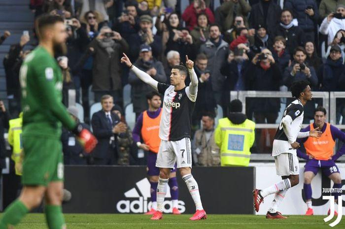 Megabintang Juventus, Cristiano Ronaldo, melakukan selebrasi usai membobol gawang Fiorentina yang dijaga Bartlomiej Dragowski dalam laga Liga Italia di Stadion Allianz, Minggu (2/2/2020).