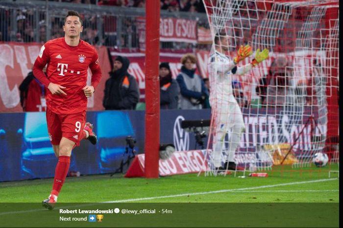Robert Lewandowski merayakan golnya untuk Bayern Muenchen.