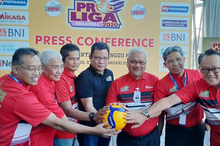 Jajaran panitia penyelenggara, pihak sponsor, dan pelatih tim berpose seusai menjadi narasumber konferensi pers Seri Ketiga Proliga 2019 di Palembang, Sumatera Selatan, Kamis (6/2/2020).