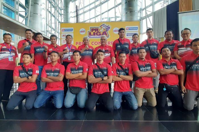 Tim putra Palembang Bank Sumsel Babel berpose seusai menghadiri konferensi pers Seri Ketiga Proliga 2020 di Palembang, Sumatera Selatan, Kamis (6/2/2020).