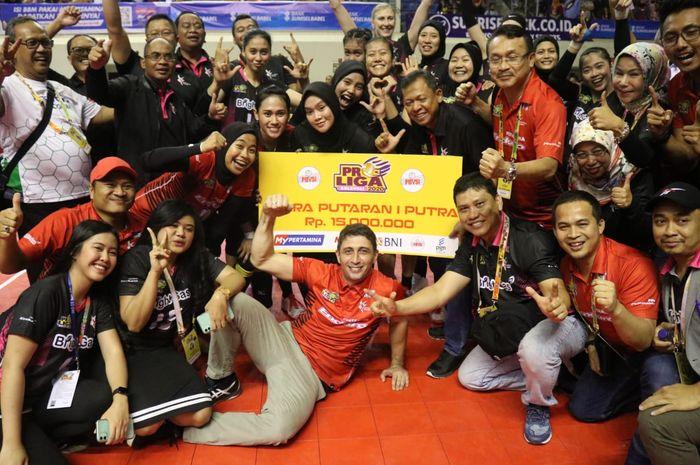 Tim putri Jakarta Pertamina Energi berpose seusai meraih gelar juara putaran pertama Proliga 2020 di Gedung PSCC, Palembang, Sumatera Selatan, Sabtu (8/2/2020).