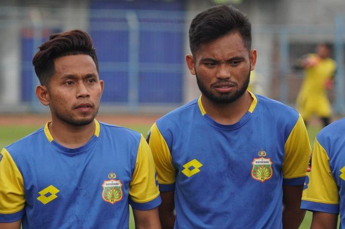 Dua winger timnas Indonesia, Andik Vermansah dan Saddil Ramdani, saat mengikuti latihan Bhayangkara FC jelang Piala Gubernur Jatim 2020 di Stadion Gelora Bangkalan, Madura, Minggu (9/2/2020).