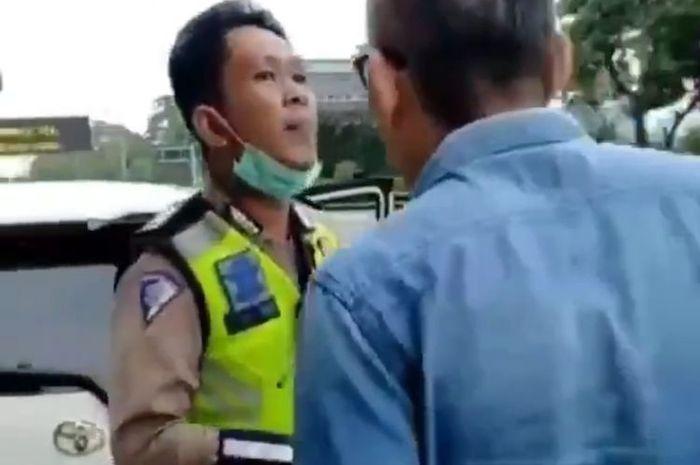 Seorang pengendara mobil marah-marah hingga mendorong dan mencekik leher polisi yang akan menilangnya