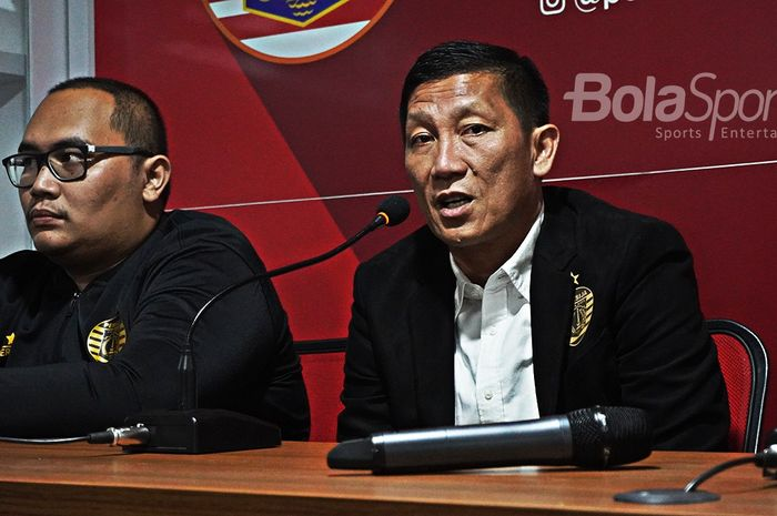Direktur Olahraga Persija Jakarta, Ferry Paulus, menyampaikan keterangan seputar transfer tim saat perkenalan Osvaldo Haay pada Senin (10/2/2020).
