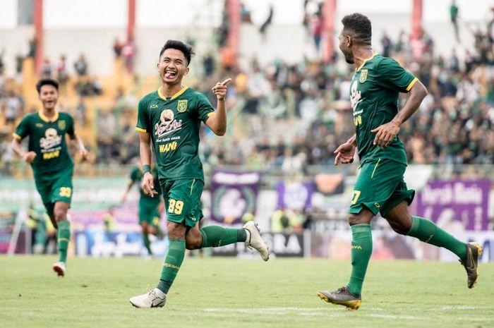 Hambali Thalib melakukan selebrasi setelah mencetak gol lewat tendangan bebas. Persebaya berhasil menang 3-1 atas Persik pada laga perdana Piala Gubernur Jatim 2020.