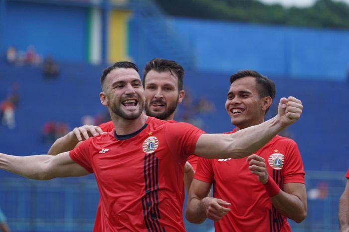 Marko Simic merayakan golnya ke gawang Persela Lamongan bersama Marco Motta dan Rezaldi Hehanussa, di Stadion Kanjuruhan, Malang.