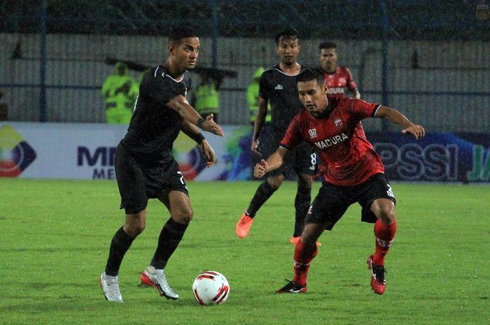 Aksi Renan Silva (kiri) dalam laga pramusim Piala Gubernur Jawa Timur antara Madura United kontra Bhayangkara FC di Stadion Gelora Bangkalan, Madura, Senin (10/2/2020).