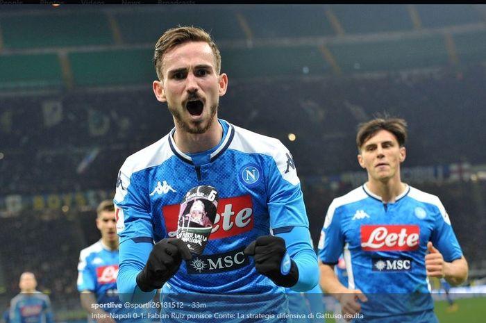 Fabian Ruiz merayakan golnya untuk Napoli ke gawang Inter Milan dalam partai Coppa Italia di Giuseppe Meazza, 12 Februari 2020.