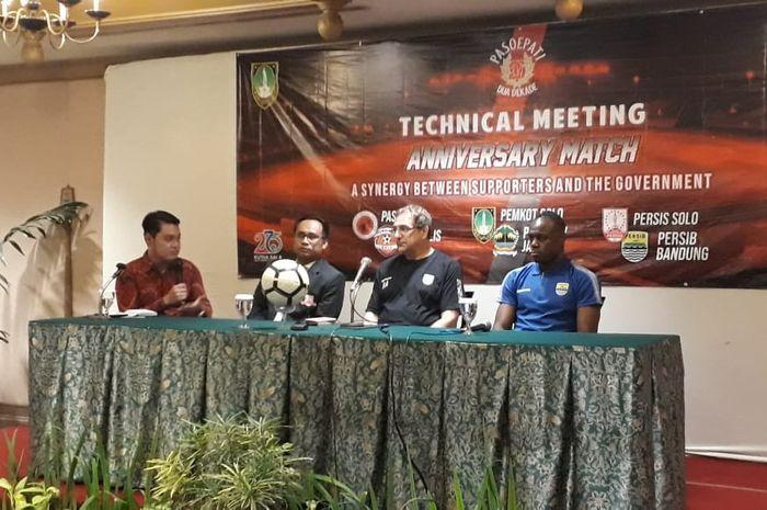 Pelatih Persib Bandung, Robert Rene Alberts, bersama pemainnya, Victor Igbonefo, saat sesi konferensi pers jelang laga uji coba kontra Persis Solo, sabtu (15/2/2020).