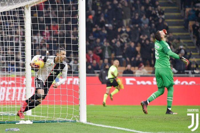 Megabintang Juventus, Cristiano Ronaldo (kiri), merayakan gol yang dicetak ke gawang AC Milan dalam laga leg pertama semifinal Coppa Italia di Stadion San Siro, Kamis (12/2/2020) waktu setempat atau Jumat dini hari WIB.