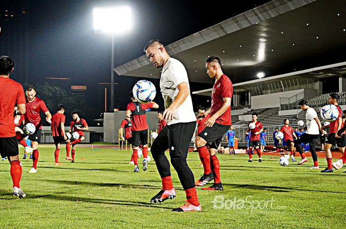 Kiper timnas Indonesia, Andritany Ardhiyasa, berlatih dalam TC hari Jumat (14/2/2020) di Stadion Madya Senayan.