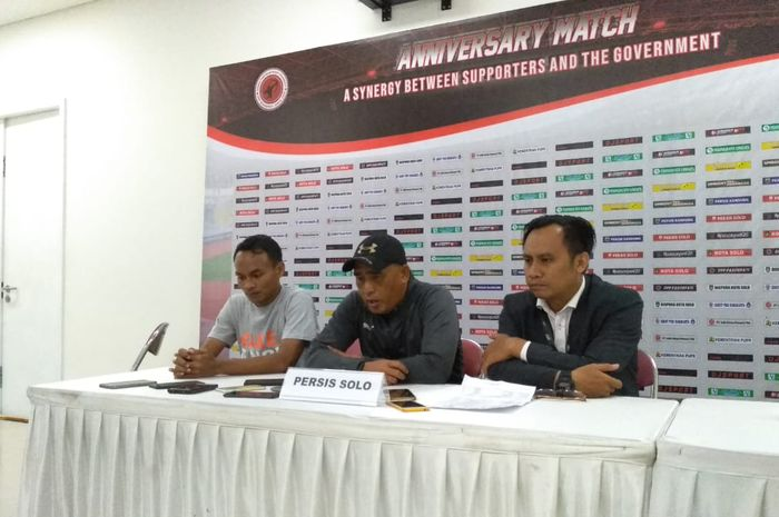 Pelatih Persis Solo, Salahudin, dalam jumpa pers usai laga kontra Persib Bandung di Stadion Manahan, Solo, Sabtu (25/2/2020).