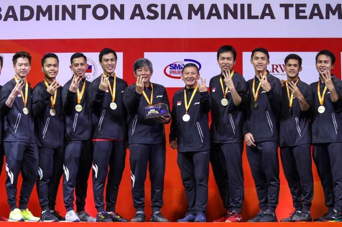 Tim bulu tangkis putra Indonesia berfoto usai meraih titel Kejuaraan Beregu Asia 2020 di Manila, Filipina, Minggu (16/2/2020)