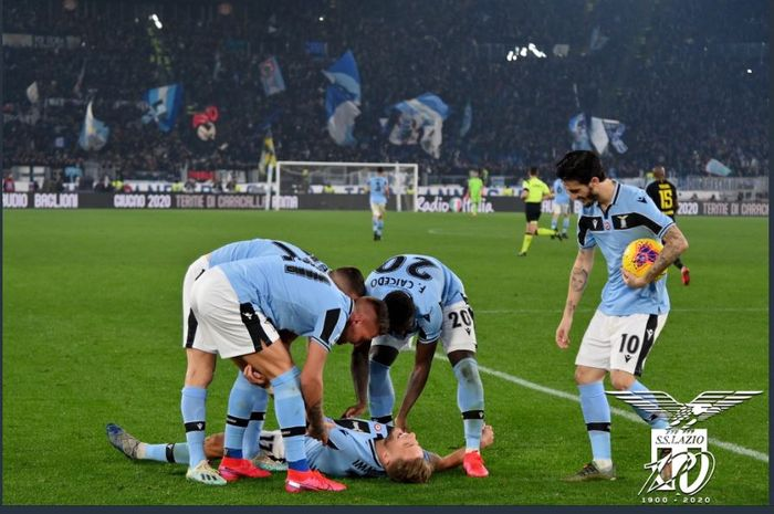 Ciro Immobile disambut rekannya usai mencetak gol Lazio ke gawang Inter Milan dalam partai Liga Italia di Olimpico, 16 Februari 2020.