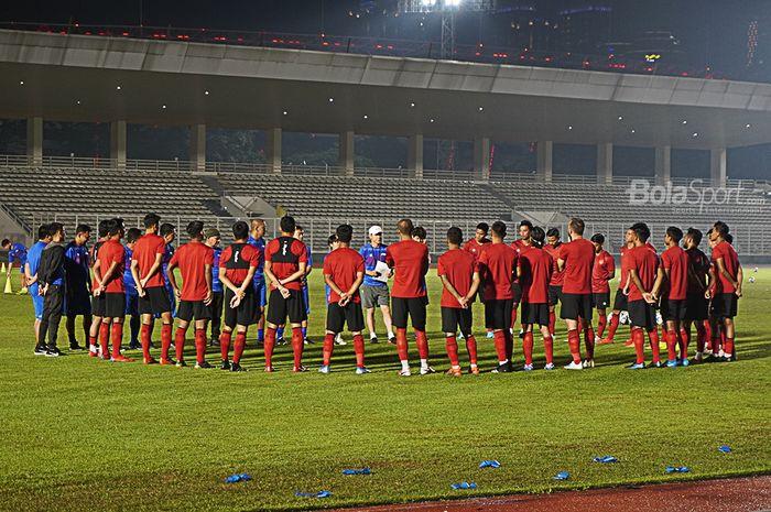 Suasana briefing saat pemusatan latihan timnas Indonesia di Stadion Madya, Kompleks Gelora Bung Karno, Jakarta, Senin (17/2/2020).