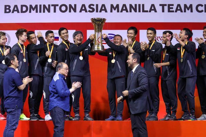 Tim bulu tangkis putra Indonesia berfoto usai meraih titel Kejuaraan Beregu Asia 2020 di Manila, Filipina, Minggu (16/2/2020).