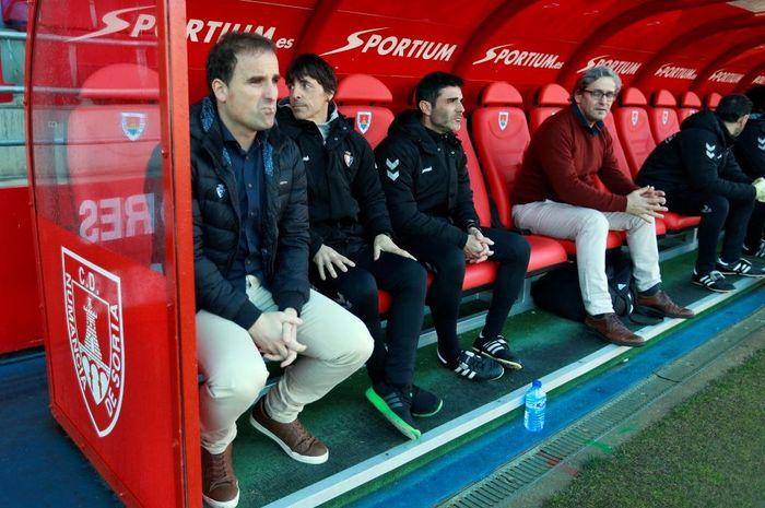 Pelatih CA Osasuna, Jagoba Arrasate, Bittor Alkiza (asisten) dan Sergi Perez (fitness coach) sebelum duel kontra Numancia.