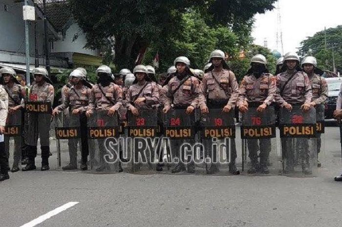 Pasukan keamanan menjaga ketat laga semifinal Piala Gubernur Jatim 2020 antara Persebaya Surabaya Vs Arema FC di Stadion Supriyadi, Kota Blitar, Selasa (18/2/2020)