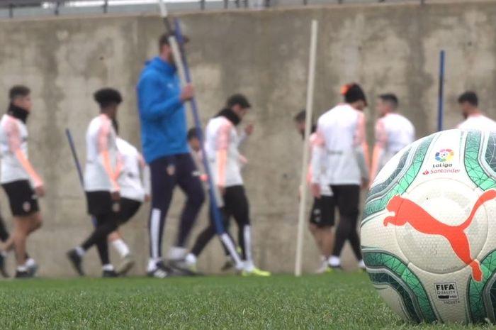 Para pemain Valencia saat melakukan sesi latihan.