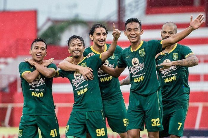 Sejumlah pemain Persebaya Surabaya selebrasi usai menang 4-2 atas Arema FC dalam semifinal Piala Gubernur Jatim 2020 di Stadion Soepriadi, Kota Blitar, Selasa (18/2/2020) sore WIB.