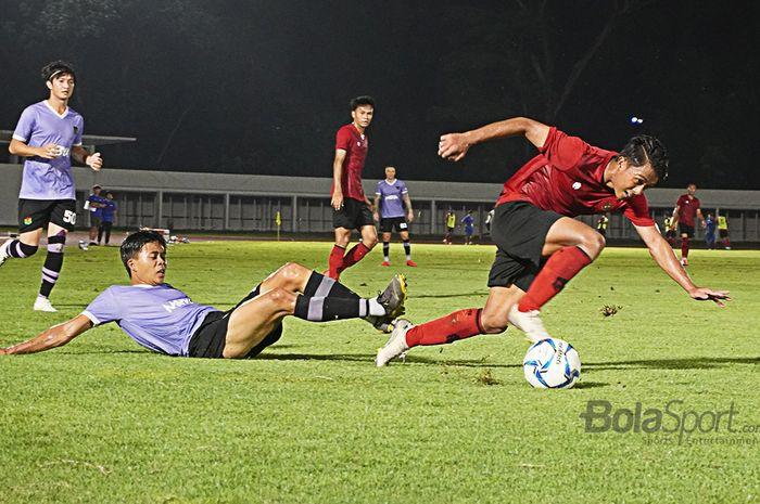 Febri Hariyadi saat mengiring bola pada laga Timnas Indonesia melawan Persita Tangerang, di Stadion Madya, Senayan, Jakarta, Jumat (21/2/2020).