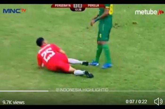 Winger Persija Jakarta, Riko Simanjuntak, terlibat insiden dengan bek kiri Persebaya Surabaya, M Alwi Slamat, di final Piala Gubernur Jatim 2020, Kamis (20/2/2020).