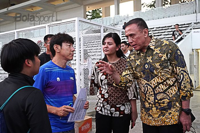 Ketum PSSI, Mochamad Iriawan, berdiskusi dengan pelatih timnas Indonesia, Shin Tae-yong, Jumat (21/2/2020).