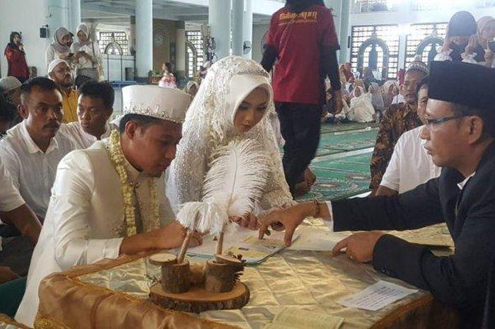 Gelandang Persija Jakarta, Evan Dimas resmi menikahi pujaan hatinya di Masjid Agung Surabaya, Sabtu (22/2/2020) pagi.