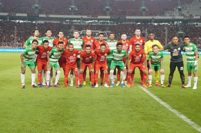 Skuad Persija Jakarta dan Geylang International berpose bersama sebelum laga uji coba kedua tim di Stadion Utama Gelora Bung Karno (SUGBK), Minggu (23/2/2020).