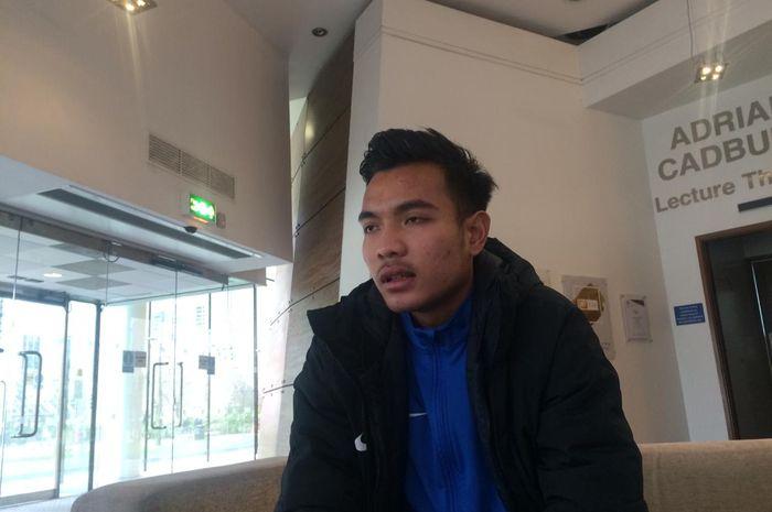 Pemain Garuda Select, Brylian Aldama, saat wawancara dengan tim BolaSport.com di Inggris.