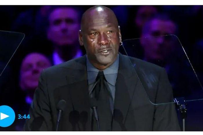 Legenda basket NBA, Michael Jordan, tak kuasa menahan tangis saat menyampaikan pidato singkat pada acara mengenang Kobe Bryant dan sang putri, Gianna, di Staples Center, Los Angeles, California, Amerika Serikat, Senin (24/2/2020).