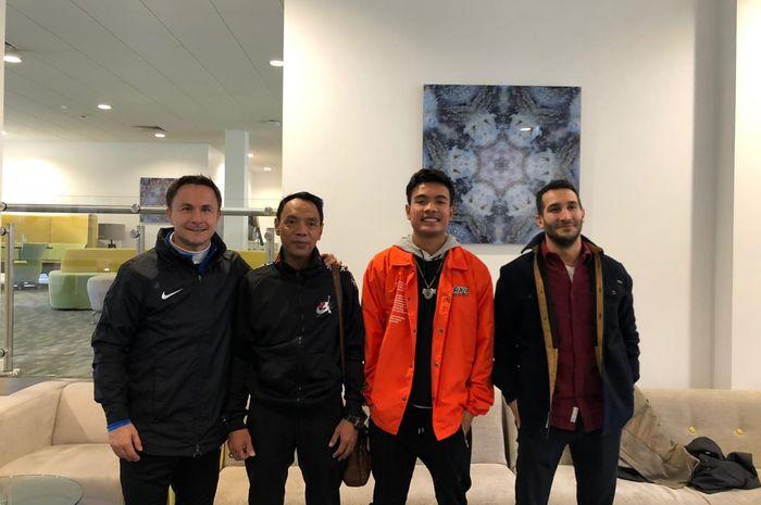 Direktur Teknik Garuda Select, Dennis Wise, bersama keluarga Brylian Aldama dan perwakilan agensi Forza Sports Group