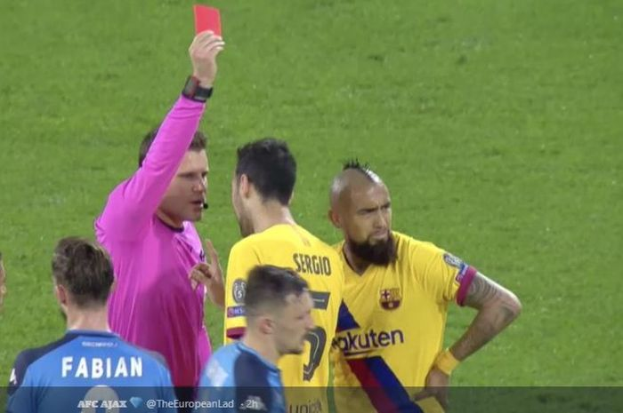 Wasit Felix Brych memberikan kartu merah kepada Arturo Vidal (kanan) dalam laga Napoli kontra Barcelona di babak 16 besar Liga Champions 2019-2020.