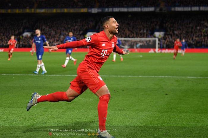 Winger Bayern Muenchen, Serge Gnabry, saat melakukan perayaan gol yang ia cetak ke gawang Chelsea pada pertandingan babak 16 besar Liga Champions, Rabu (26/2/2020).