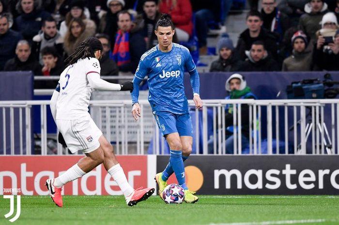 Megabintang Juventus, Cristiano Ronaldo (kanan), beraksi dalam laga leg pertama babak 16 besar Liga Champions kontra Olympique Lyon di OL Stadium, Rabu (26/2/2020).