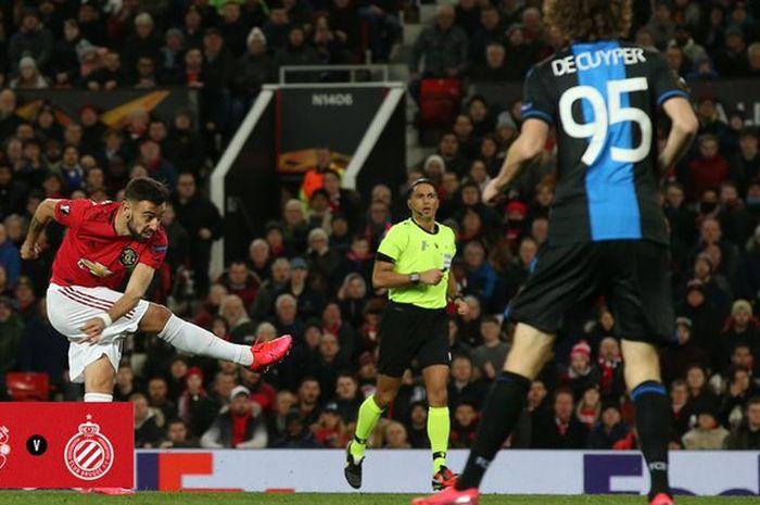 Gelandang Manchester United, Bruno Fernandes (kiri), melepaskan tendangan kaki kanan dalam laga leg kedua babak 32 besar Liga Europa kontra Club Brugge di Stadion Old Trafford, Kamis (27/2/2020).