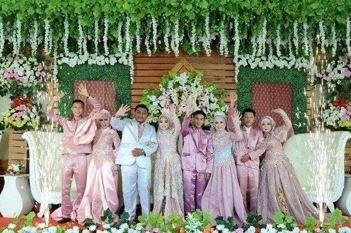 Hasil gambar untuk ibu dan tiga anak nya nikah bareng