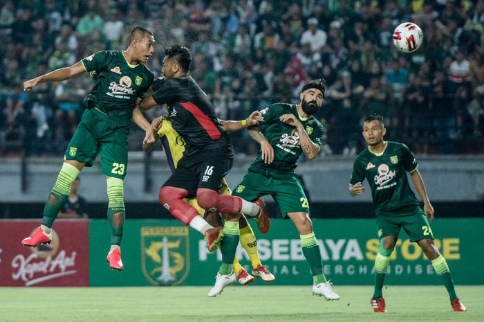 Proses terjadinya gol pemain Persebaya Surabaya, Hansamu Yama, ke gawang Persik kediri dalam laga pekan pertama Shopee Liga 1 2020, Sabtu (29/2/2020).