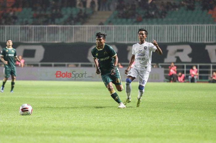 Bek Tira-Persikabo, Aditya Putra Dewa (hijau), dan pemain Arema FC, Johan Ahmat Farizi, dalam laga pekan perdana Shopee Liga 1 2020, Senin (2/3/2020) di Stadion Pakansari, Bogor.