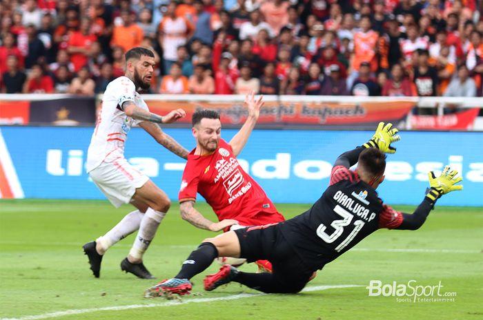 Peluang dari Marc Klok masih mampu digagalkan oleh kiper Borneo FC, Gianluca Pandeynuwu aat laga Persija Jakarta melawan Borneo FC di Stadion Gelora Bung Karno Jakarta (1/3/2020)