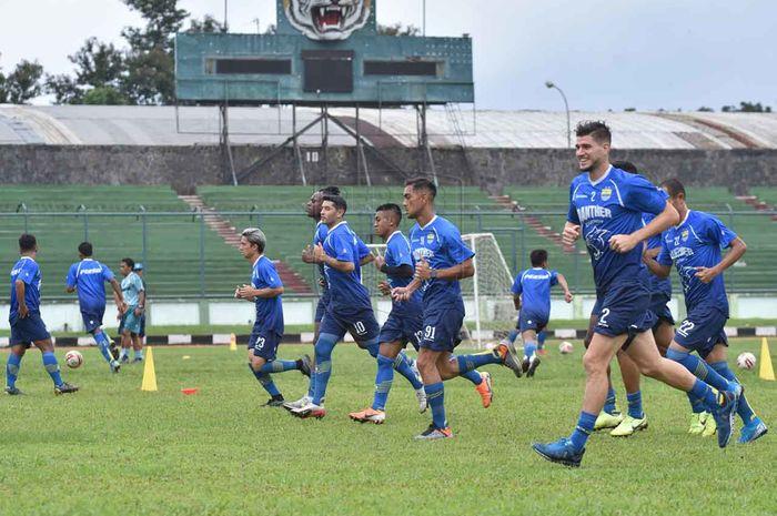 Para pemain Persib Bandung menggelar latihan sehari setelah laga melawan Persela Lamongan di Stadion Siliwangi, Kota Bandung, Senin (2/3/2020).