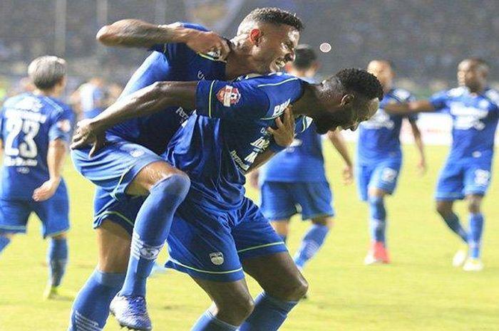 Pemain Persib Bandung Geoffrey Wynton Mandelano (kanan) disambut rekannya Wander Luiz setelah mencetak gol ke gawang Persela Lamongan saat pertandingan Liga Indonesia 2020 di Stadion Si Jalak Harupat, Kabupaten Bandung, Minggu (1/3). Pertandingan dimenangkan Persib Bandung dengan skor (3-0).