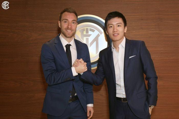 Presiden Inter Milan, Steven Zhang, berpose dengan Christian Eriksen yang menjadi rekrutan anyar Nerrazzuri pada Januari 2020.