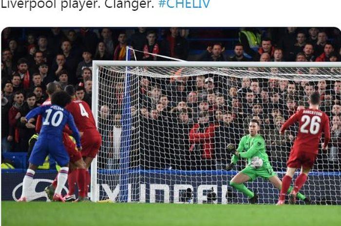 Penyerang Chelsea, Willian, mencetak gol ke gawang Liverpool, yang dikawal oleh Adrian, dalam laga 16 besar Piala FA di Stadion Stamford Bridge, Selasa (3/3/2020).