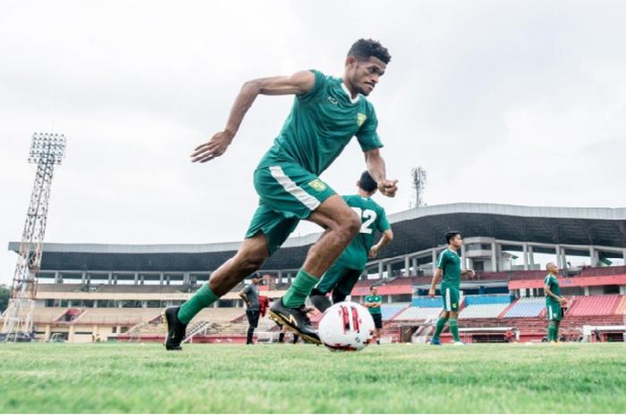 Gelandang Persebaya Surabaya, Ricky Kambuaya saat latihan dan sedang mengiring bola.