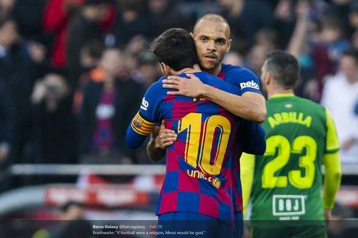 Martin Braithwaite berpelukan dengan superstar Barcelona, Lionel Messi.