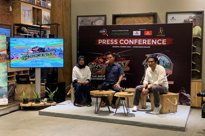 Disyon Toba (tengah), CEO COS Event yang menjadi penyelenggara INDOFEST 2020, memberikan penjelasan dalam konferensi pers, di Gerai Eiger Adventure, Jakarta, Kamis (5/3/2020).