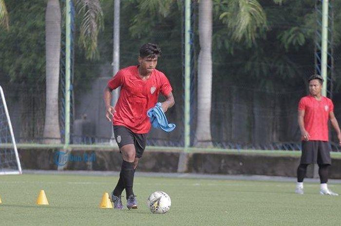 Pemain muda Bali United, Irfan Jauhari mengikuti latihan perdana bersama tim beberapa waktu lalu