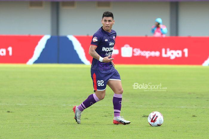 Gelandang asing Persita Tanggerang, Mateo Bustos sedang menguasai bola saat menghadapi PSM Makassar di Stadion Sport Centre, Tanggerang (6/3/2020)