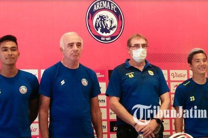 Pelatih Arema FC, Mario Gomez (dua dari kiri), dan pelatih Persib Bandung, Robert Alberts (mengenakan masker), dalam konferensi pers jelang laga pekan kedua Shopee Liga 1 2020, Sabtu (7/3/2020).